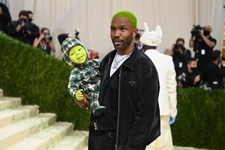 Фрэнк Оушен, с зелеными волосами и в компании зеленого... ребенка? Фото: Nina Westervelt / nytimes.com