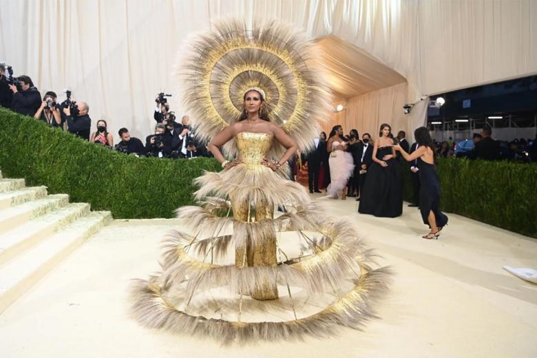 Супермодель Иман прибыла на церемонию в ярком головном уборе и соответствующем многоярусном платье от Харриса Рида. Фото: Nina Westervelt / nytimes.com