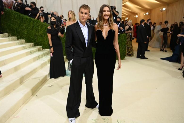 Хейли и Джастин Бибер одеты в классический образ от Balenciaga. Фото: Nina Westervelt / nytimes.com