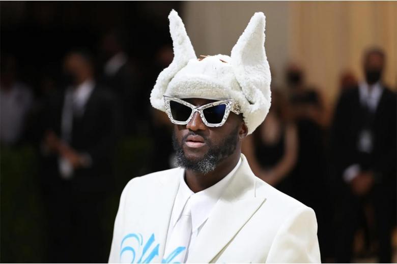 Вирджил Аблох воплотил в жизнь кроличий бизнес, надев белый костюм и драные брюки, дополненные парой пушистых звериных ушей. Фото: Calla Kessler / nytimes.com