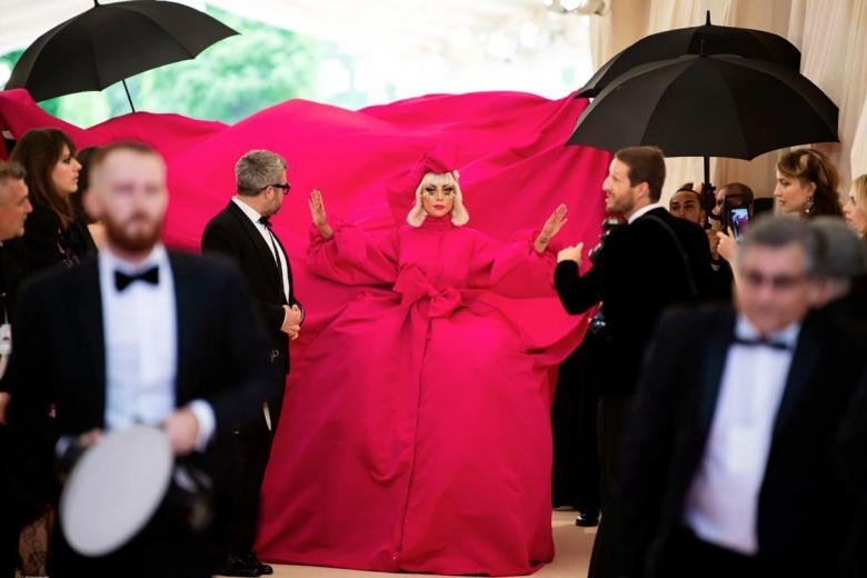 Леди Гага в первом из четырех разных нарядов, в которых она вышла на красную дорожку. Фото: Karsten Moran / nytimes.com