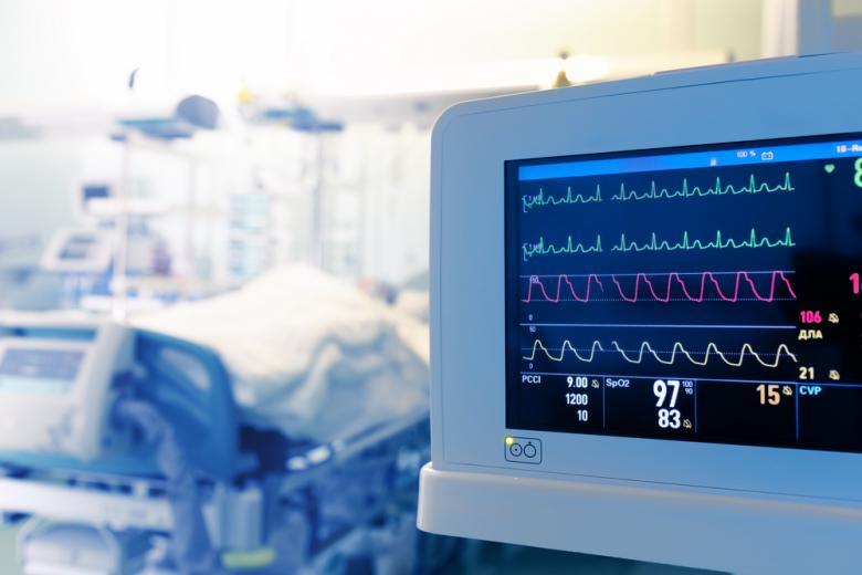 В интенсивную терапию попадают пациенты с COVID моложе 60 лет Фото: sfam_photo/shutterstock.com