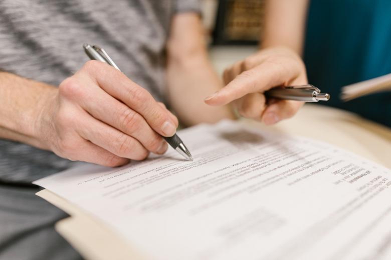 Чтобы получить национальную визу несовершеннолетнему ребёнку, заявление подписывается матерью и отцом либо прикладывается письменное согласие. Фото: Rodnae Productions / Pexels.com