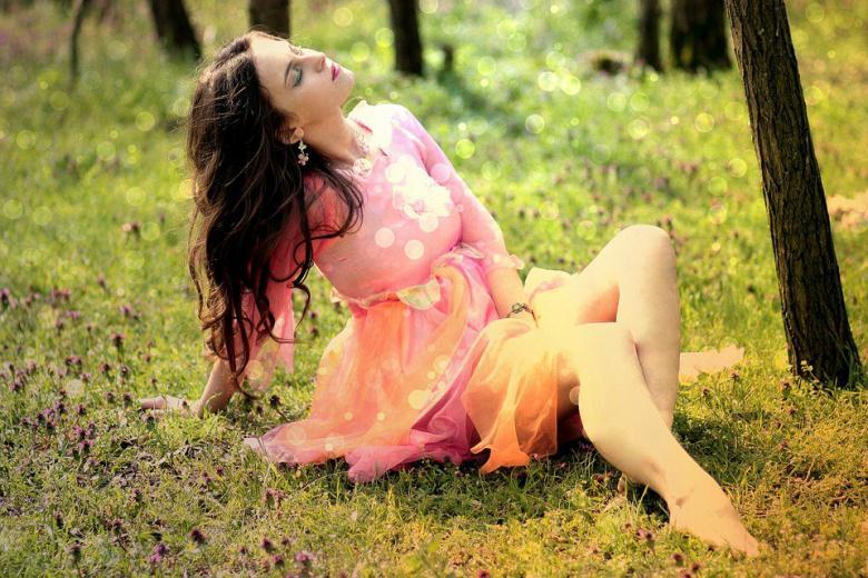 девушка на траве в солнечный день фото