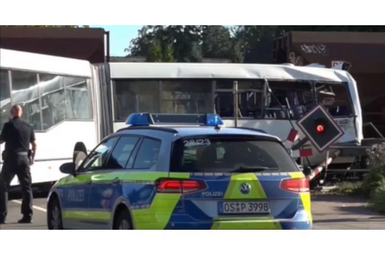 В Германии поезд врезался в пассажирский автобус фото 1