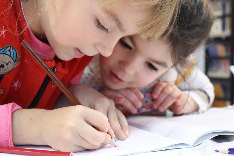 маленькие девочки рисуют фото