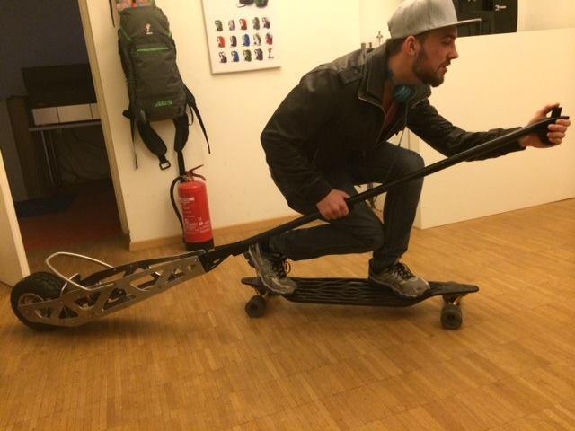 Мюнхенский экстремал научился разгонять скейт до скорости авто