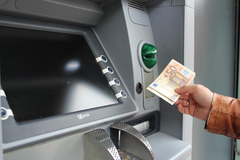 В немецких банкоматах введут комиссию за снятие налички фото 1
