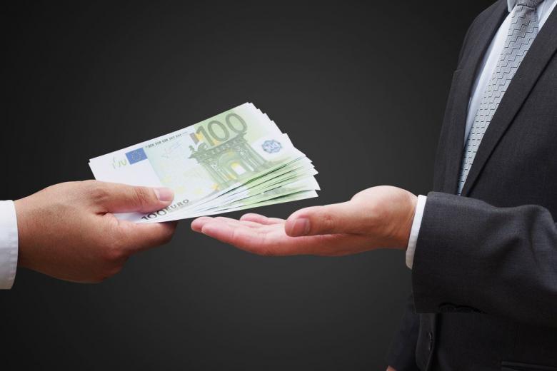 Коррупция по-немецки: взятки iPad-ами и спекуляция визами фото 1