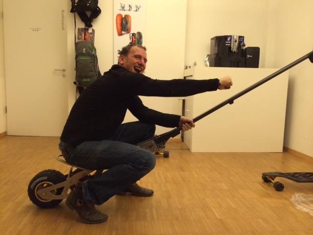 Мюнхенский экстремал научился разгонять скейт до скорости авто фото 1