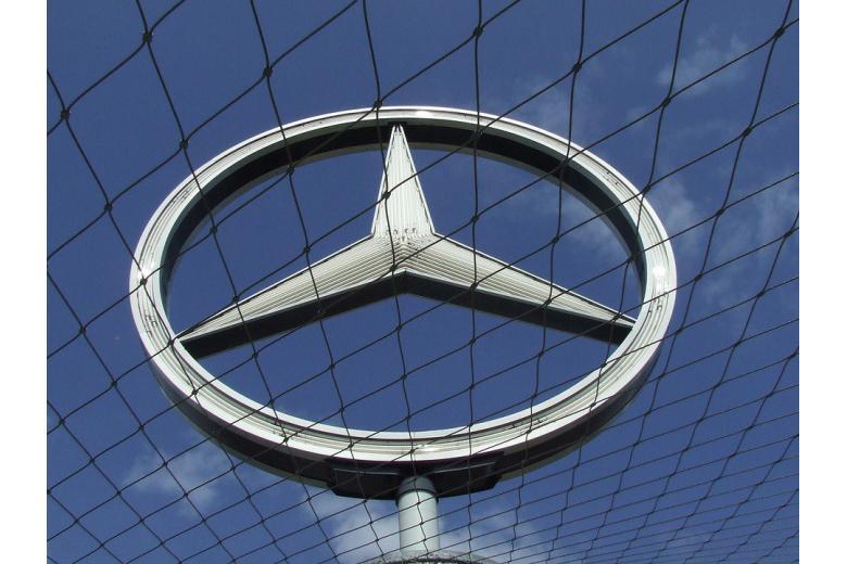 Символ Mercedes-Benz на фоне неба фото