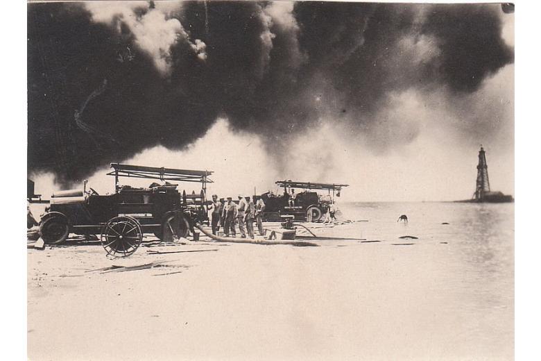 Тушение пожара на промысле 1931 г.