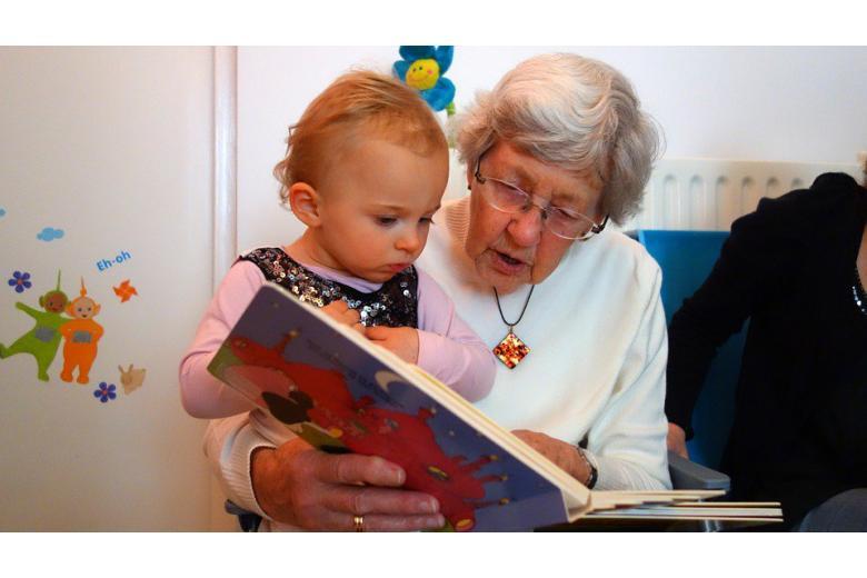 бабушка читает внучке книгу фото