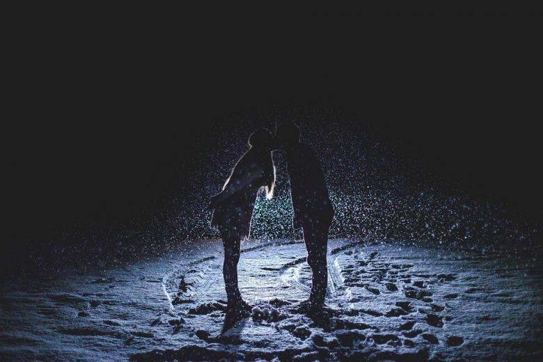 пара целуется на свидании фото