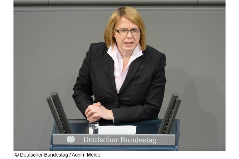 Неизвестные разгромили офис депутата от партии Меркель фото 1
