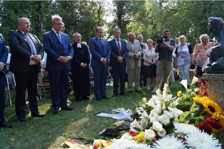 """Gedenktag 75 Jahre Deportation der Deutschen in Russland Bundesinnenminister de Maiziére würdigt Russlanddeutsche als """"Brückenbauer"""""""