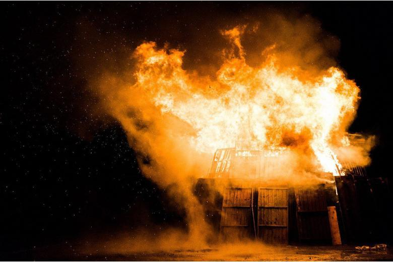 Экстремисты подожгли дом с сирийскими беженцами фото 1