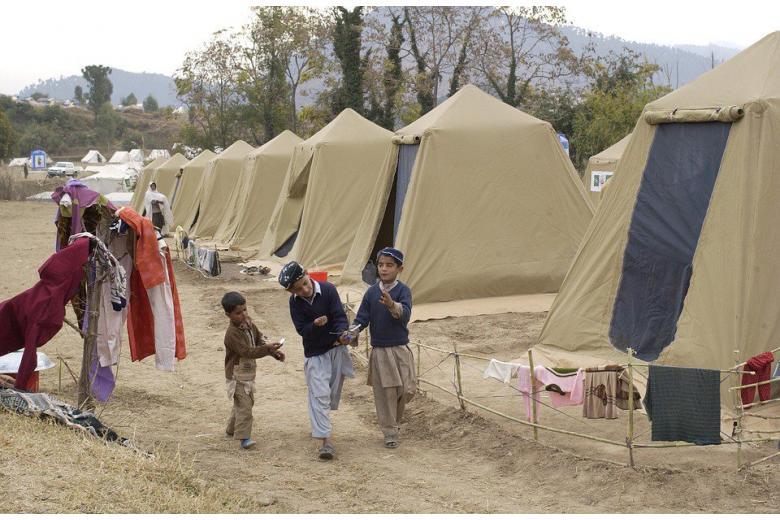 Те, кто нападает на беженцев живут рядом с их приютами фото 1
