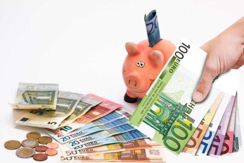 купюры евро и копилка свинка фото