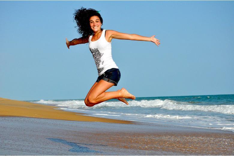 веселая девушка на берегу моря фото