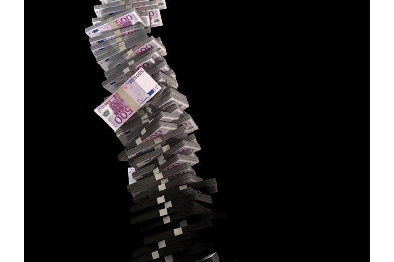 стопка пачек с купюрами евро фото