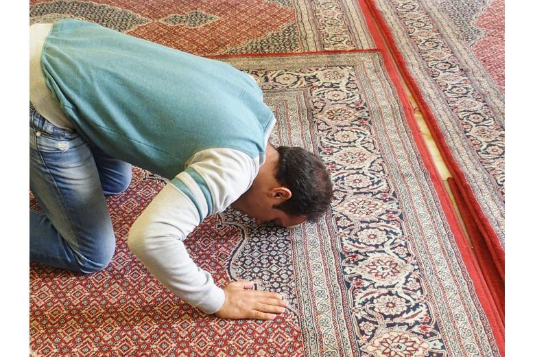 мужчина молится во время рамадана фото
