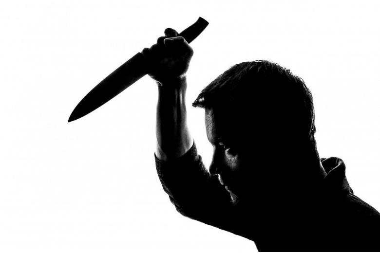 мужчина с ножом собирается нанести удар фото