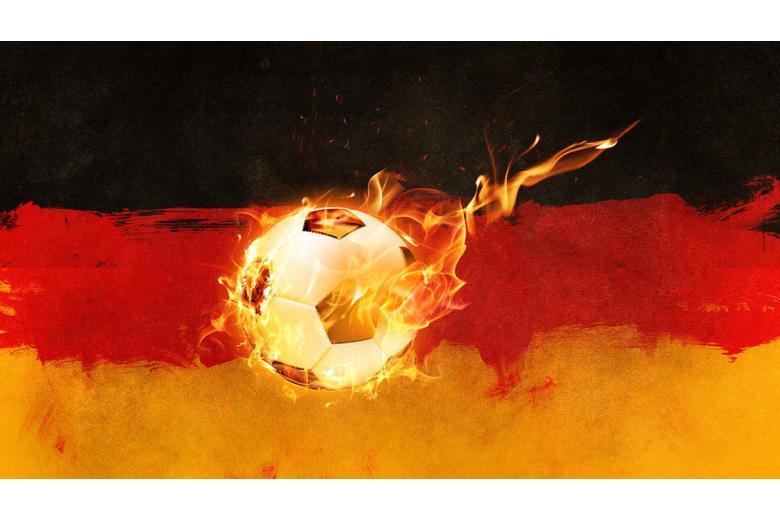 футбольный мяч в огне на фоне флага германии фото