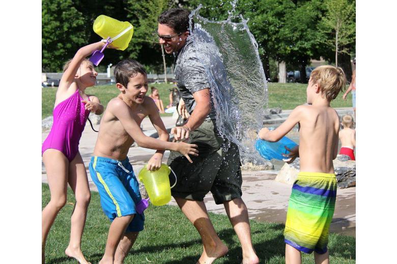 дети играют на улице в летний день фото