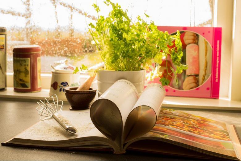 кулинарная книга на столе фото