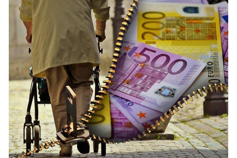 Страховщики отобрали у пенсионерки деньги, посчитав её мертвой фото 1