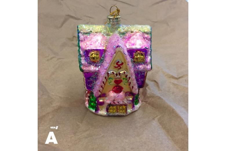 Праздник приближается: внемецком магазине нашли ёлочные игрушки со свастикой фото 1